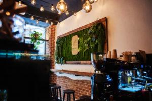 Wnętrze Holy Hummus, widok na ściankę
